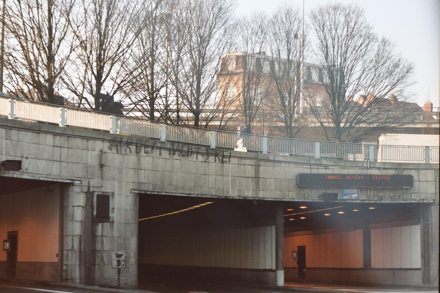 Inscription à l'entrée du tunnel Reyers à Bruxelles