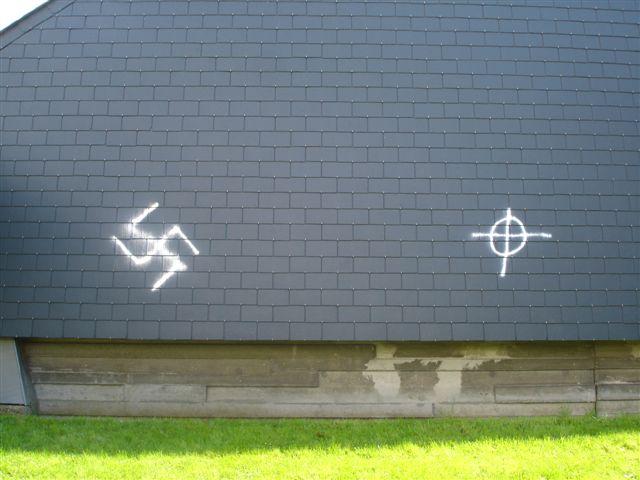 Croix gammées et celtiques taguées à la rue Rosendaal à Forest