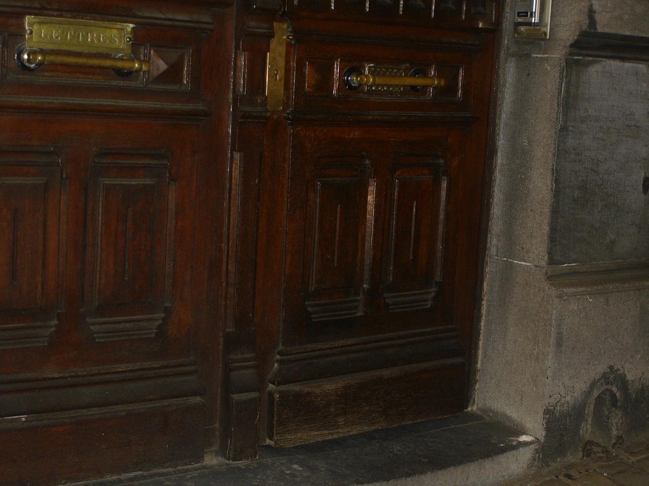 Croix gammées et poudre blanche découvertes rue de la Régence à Bruxelles